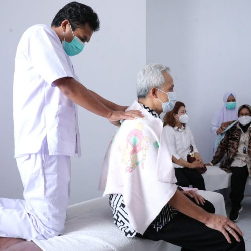 Momen Ganjar dan Risma Kompak Borong Kerajinan dan Jajal Terapis Disabilitas